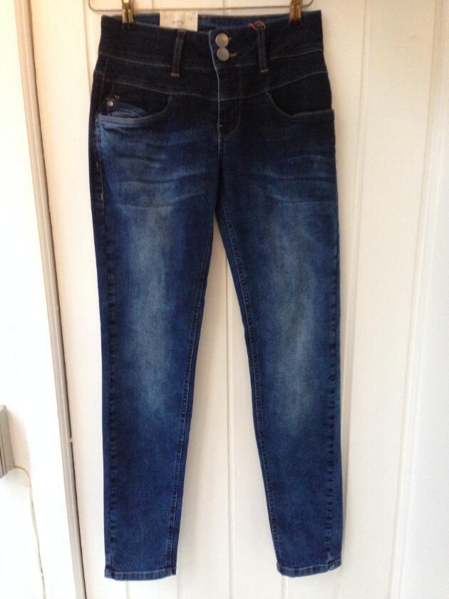 5115bc98 Køb Mellemblå denim med vask curved jeans med smalle ben . Model Haya fra  Pulz Vivi-ji.dk